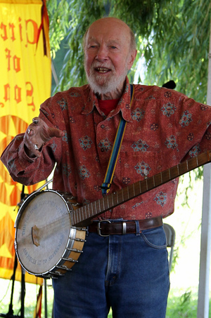 "Pete Seeger teaching William Boyce ""Alleluia"" round in Croton-on-Hudson, New York, 2011  Source:  Wikimedia Commons"