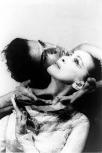 Martha Graham mit Bertram Ross in Visionary recital, aufgenommen von Carl van Vechten am 27. Juni 1961.  Source:  Wikimedia.  Public domain.